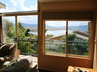 Torino 6 - Lake Jindabyne & Snowy Mountain Views