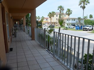 2bd 2ba sleeps 5 Walking distance to the beach