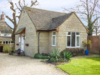 STRAW PADDOCK COTTAGE, character, lovely gardens, ideal for walking, in, Cricklade