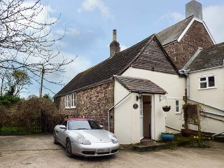 GRANARY COTTAGE, parking, enclosed lawned garden, in Newnham-on-Severn, Ref 9354