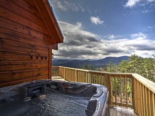 3BR Sevierville 'Little Bear Lodge' w/Spa & Views!