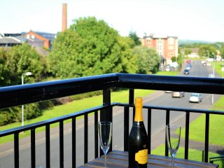 BELFAST CENTRAL NEW 3 BED APARTMENT ~ FREE PARKING, BALCONY, VIEWS , FREE WI FI, Belfast