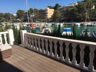 duplex frente al puerto, 3 dormitorios, 2 banos, terraza, jardin privado.