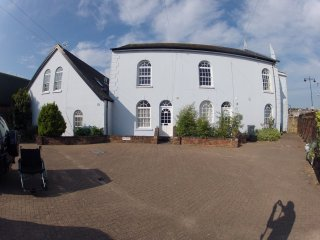 Pet friendly, chapel conversion on the banks of the river with the WOW factor, East Cowes