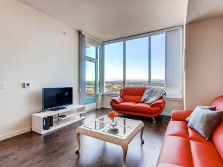 Modern 2BR/2BA in Luxury Building East Village. Walk to Gaslamp Qtr / Petco Park, San Diego