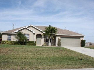 Spacious 3 Bedroom 2 Bath Pool House with Hot Tub, Cape Coral