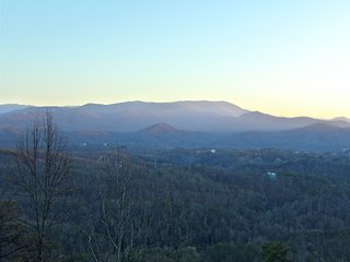 Yogi's Den: Breathtaking view 3 min to Dollywood! Decks for stars, fireworks, Pigeon Forge