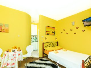 Kastela Apts Yellow Studio