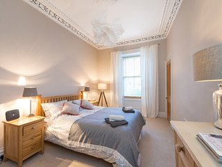 Beautiful Main Door Flat in Stockbridge, sleeps 5.