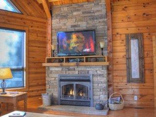 Appalachian Sky-3 BR Cabin with Breathtaking VIEWS, Hot Tub, Pool Table, Wi-Fi,