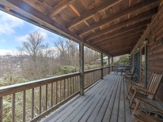 Boone Cabin on Private Lot w/Deck & Mtn Views!