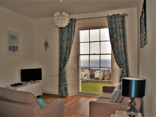 Beautiful apartment, fantastic sea views, near to the harbour & beaches, parking