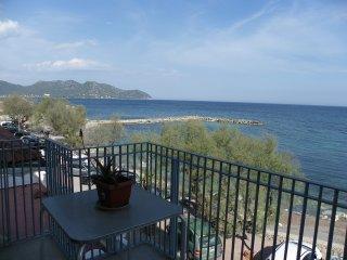 Bonito apartamento en 1ª linea de mar delante de la playa de Cala Bona, 2º piso.