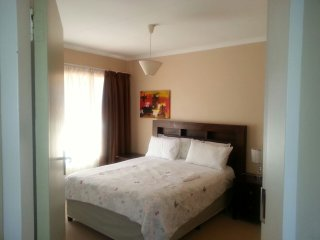 Jeds lovely cottage with pool. A luxurious home away from home, Bryanston