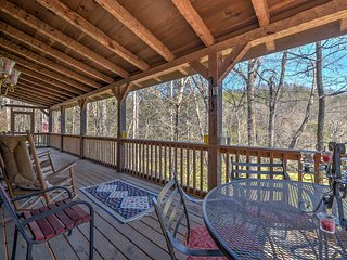 3BR/3BA Black Mountain Cabin w/ Decks & Hot Tub!