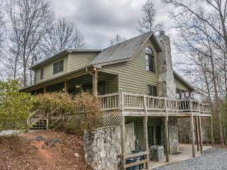 MY MOUNTAIN ESCAPE- 3BR/3BA- PRIVATE CABIN ON 2.5 ACRES SLEEPS 12, WIFI, JETTED TUB, GAMEROOM WITH POOL & FOOSBALL TABLES, PRIVATE HOT TUB, GAS LOG FIREPLACE, SCREENED PORCH WITH ROCKERS, PICNIC TABLE AND GAS GRILL! STARTING AT $150 A NIGHT!, Blue Ridge