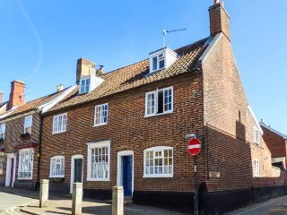63 DAMGATE STREET, end-terrace, open fire, WiFi, cosy holiday home, in Wymondham