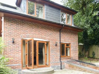 ST BERNARD, detached, large enclosed garden, pet-friendly, WiFi, Horndean near W