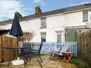 MERLIN, terraced cottage, open fire, garden, pet-friendly, nr Nefyn, Ref 947329