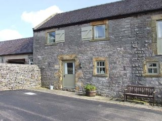 HALLOWS COTTAGE, part of the Chatsworth Estate, pet-friendly, woodburner in Wett