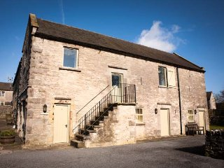 REDHURST COTTAGE, part of the Chatsworth Estate, pet-friendly, woodburner in