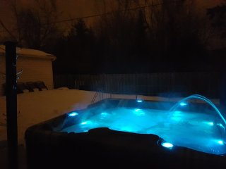 3 bedroom, sleeps 8, outdoor hot tub, 2 full bathrooms, 3 TVs, WiFi, parking, Ottawa