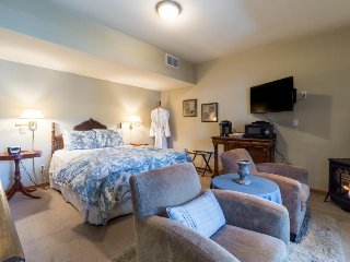 All Seasons River Inn Suite E -Riverfront & cozy gas fireplace, private patio!, Leavenworth