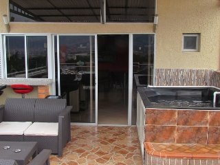 Penthouse Private roof AC, Hot Tub, 3 Bedroom