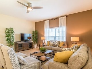Bright and Beautiful 5 Bedroom Town Home in Storey Lake. 4871CTD, Kissimmee