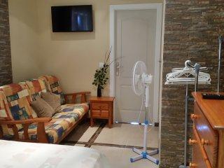 Doble con cama matrimonio,TV,sofa, centro de Calpe,5 min.la playa Arenal
