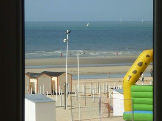 LA PANNE APPARTEMENT 4 PERSONNES VUE MER DIGUE situation unique,ASCENSEUR, De Panne