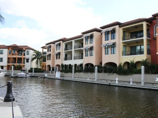 Amazing 1 Bedroom Suite for 2 guests. Gorgeous Resort-style building in Naples