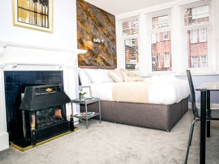 South Cliff Place - stylish 5-bed/5-bath apartment to sleep 10
