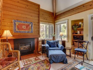Cozy condo w/ mountain views, shared hot tub, pool & more - nearby ski access!