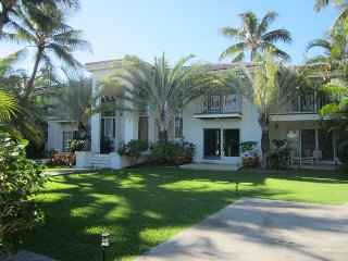 WOW! Large Kahala Two-story 5BR/6BA house with Pool, Spa, A/C, Steps to Beach