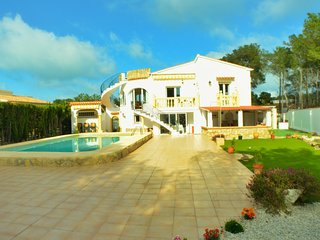 Three bedroom three bathroom villa with large garden and pool