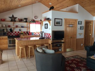 $900 per Week - Charming Vacation Cottage on the Twin Lakes in Hilton Beach
