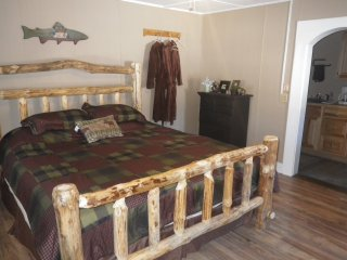 One bedroom romantic king log bed, gas fireplace, roses on dining room table