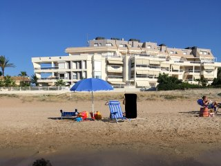 Beautiful seaside apartment with sweeping views and a large pool and garden., Els Poblets