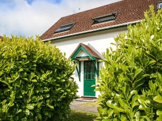 OAK TREE COTTAGE, easy access to seaside, private patio, two bedrooms