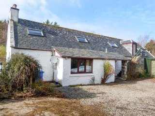 FARMHOUSE COTTAGE, semi-detached, multi-fuel stove, WiFi, pet-friendly, near, Staffin