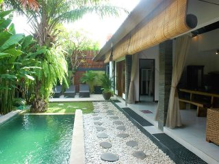 LEGIAN 4 Bed Villa - 10 min walk to beach - Heart Legian - Sleeps 10 - jes