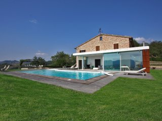 VILLA DIAMANTE - Private Vila with Pool, wi-fi, bright veranda, panoramic view, Urbania