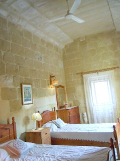 ZNUBER holiday house first floor twin bedroom with ceiling fan