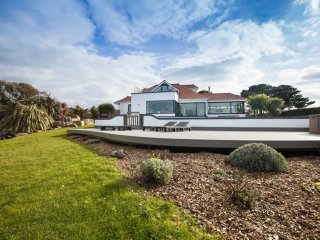 Luxury Modern Home with Panoramic Sea & Countryside Views plus Pool & Jacuzzi, Torteval