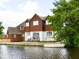Bure Banks - bright, light home from home on the banks of the River Bure
