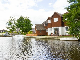 Bure Banks, beautiful cottage on the the River Bure in Wroxham, Hoveton