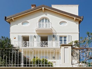 Villa Flamant - dip into the rooftop terrace jacuzzi! AVAILABLE FOR GRAND PRIX!