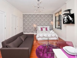 Luxurious Studio Bedroom Apartment in Midtown South (9027)
