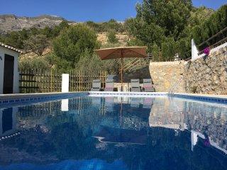 Het zwembad (verwarmd, met afdekzeil) grenst aan het natuurpark